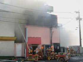 さいたま市大宮区の建物火災で、消火活動を行う消防隊員=17日午後2時30分ごろ