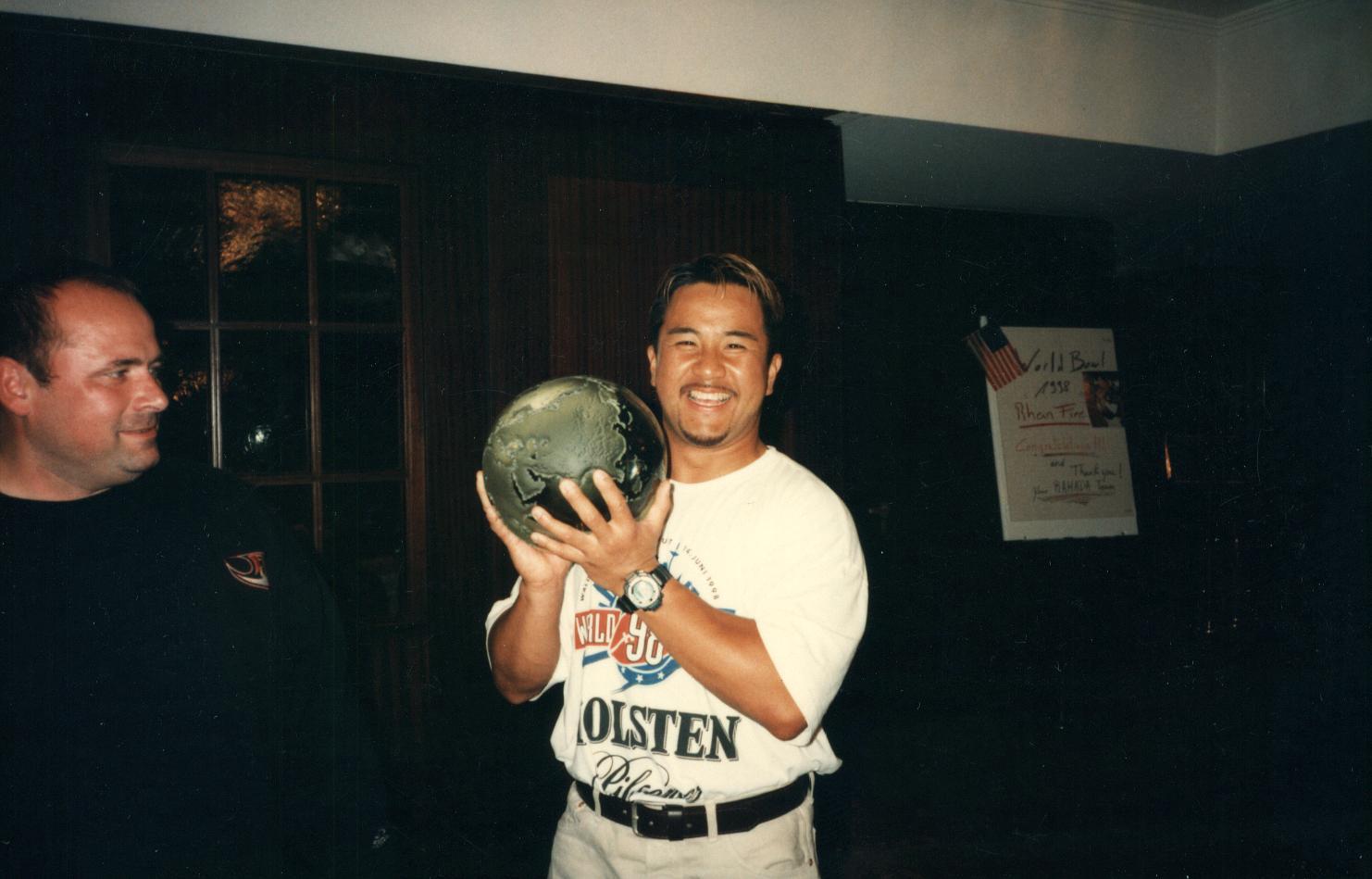 NFLヨーロッパ時代、ナンバーワンを決める「ワールドボウル」の祝勝会で優勝トロフィーを持つ中村多聞さん