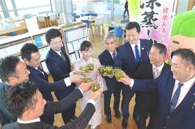 「緑茶で乾杯条例」の制定を祝う掛川商工会議所青年部メンバーら=22日午後、掛川市役所