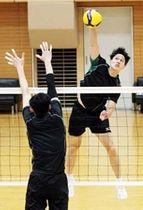 練習で軽快な動きを見せるJT広島の武智(右)