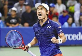 8月の全米オープン男子シングルスでポイントを奪い雄たけびを上げる西岡選手=ニューヨークで(共同)