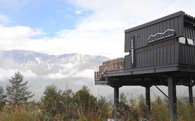 岩岳山頂にオープンする「ハクバマウンテンハーバー」。白馬三山の景観が楽しめる