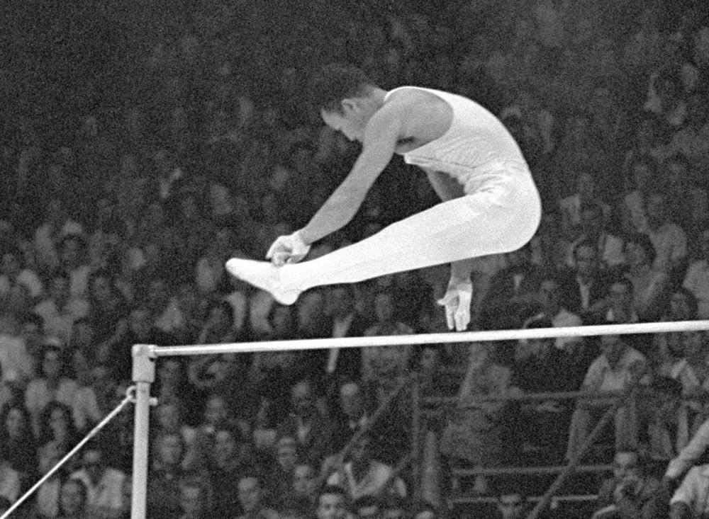 40歳で出場した1960年ローマ五輪の体操男子鉄棒で2位になるなど「体操の神様」と呼ばれた竹本正男(共同)