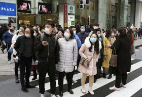新型肺炎の感染拡大が懸念される中、マスク姿で東京・銀座を訪れた中国からの団体旅行客=26日午後