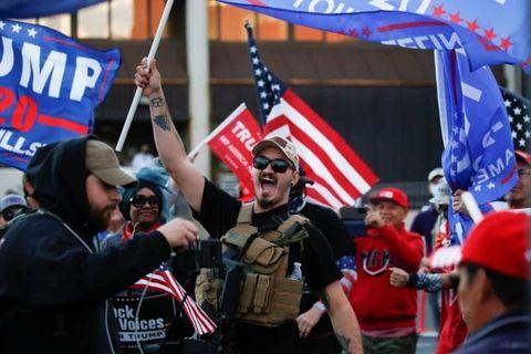 米大統領選で不正があったと主張し抗議するトランプ大統領支持者=アリゾナ州フェニックス(ロイター=共同)