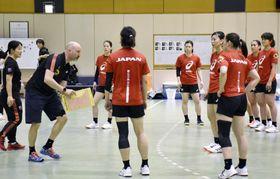 公開練習で選手を指導する、ハンドボール女子日本代表のキルケリー監督(左から2人目)=東京都内