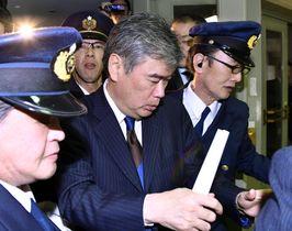 辞任を表明し、財務省を退庁する福田淳一事務次官(中央)=18日午後7時7分、東京・霞が関