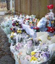 多くの花束やおもちゃが供えられた献花台=7日午後、福島県小野町