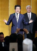 自民党の地方議員研修会後の懇親会であいさつする安倍首相=20日午後、東京都内のホテル