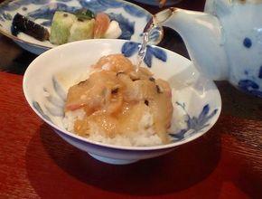 ふっくらごはんに、たっぷりと鯛の薄造りを載せた茶漬け