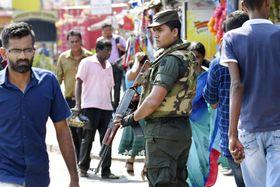 スリランカの最大都市コロンボ中心部の市場周辺を警戒する治安部隊員=23日(共同)