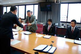 【鈴木知事(手前)から協定書を受け取る各団体の代表者=三重県庁で】