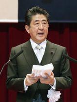 防衛大学校の卒業式で訓示する安倍首相=17日午前、神奈川県横須賀市