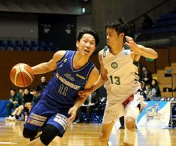 アグレッシブなプレーを見せるスサノオの後藤翔平選手(左)=6日、松江市総合体育館