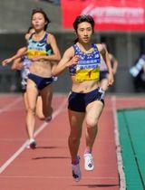 女子1500メートル 4分9秒31で優勝した田中希実。左奥は2位の卜部蘭