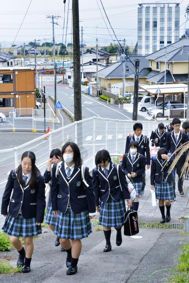 広野駅からふたば未来学園高校に向かう坂道を上る生徒たち=福島県広野町(撮影・中村靖治)