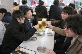 退社後に訪れた居酒屋「串カツ田中」で乾杯する会社員=23日午後、東京都渋谷区