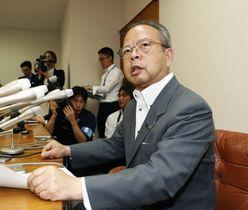 記者会見で辞職の意向を表明する東京都狛江市の高橋都彦市長=23日午前、狛江市役所