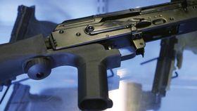 連射を可能にするバンプ・ストックが取り付けられ、米ユタ州で販売されている半自動の銃=2017年10月(AP=共同)