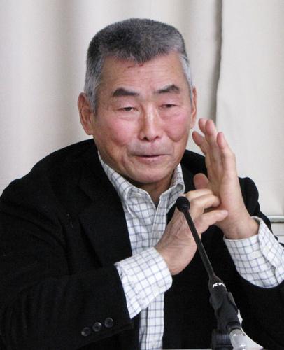 2012年2月、京大アメリカンフットボール部監督退任の記者会見に臨む水野彌一さん