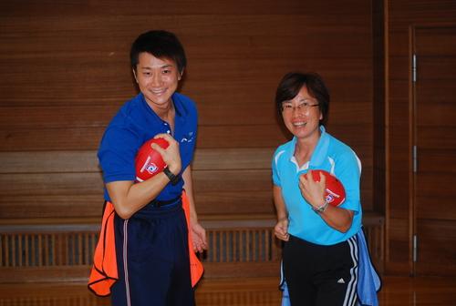 フラッグ教室を開催した金沢SCの有賀所長(右)と指導員の杉原さん=6月28日、金沢SC