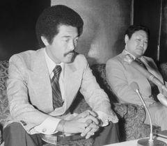1981年8月、引退を発表する具志堅用高。右は協栄ジムの金平正紀会長(当時)=東京・新宿