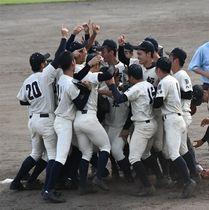 優勝が決まり歓喜に沸く西日本短大付の選手たち(撮影・玉置采也加)