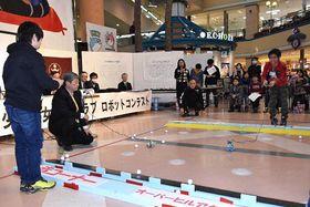 八戸市少年少女発明クラブのロボットコンテストで、自作の性能を競う子どもたち