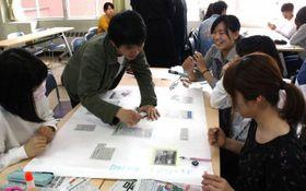 「まわしよみ新聞」に取り組む美作大の学生