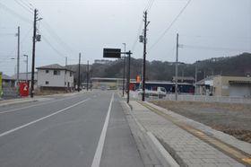 空き地が目立つ大槌駅前の通り=2月3日、岩手県大槌町