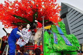 山車の見返し部分を組み立てる八戸三社大祭「長横町粋組」=21日午後、青森市安方