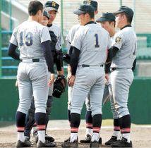 仙台育英-花巻東 6回裏、花巻東に同点とされ、マウンドに集まる仙台育英ナイン=八橋球場
