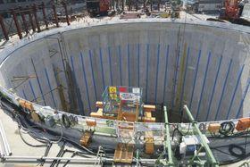 掘削作業中に地下水が湧き出たため、昨年12月から作業を中断しているリニア中央新幹線の「名城非常口」の工事現場=16日午前、名古屋市