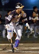1回、栃木GBの原田が左中間に2点適時二塁打を放つ=JAバンク徳島スタジアム