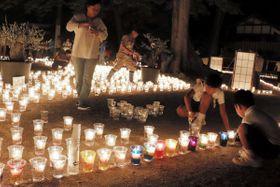 キャンドルを点灯する子どもら=小豆島町福田、葺田八幡神社