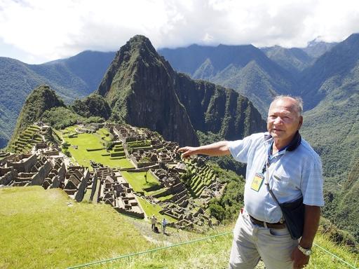 ペルーの世界遺産マチュピチュ遺跡を案内する観光ガイドのセサル・ノウチ=4月(共同)