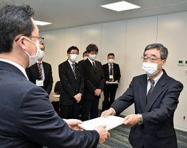 小野寺市長(左)に答申書を手渡す井上会長