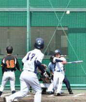 【岡山県選抜-愛媛選抜】1回裏岡山県選抜1死二、三塁、中西の左越え2点三塁打で3-0とする。投手田口、二走阿曽=新見ピオーネ球場