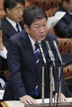 参院予算委で答弁する茂木経済再生相=18日午前