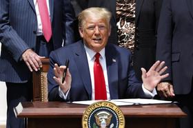 5日、米ホワイトハウスで、記者らの質疑を拒むトランプ大統領(UPI=共同)
