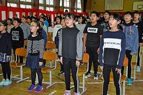 閉校式で大きな声で校歌を歌った梅沢小の児童たち