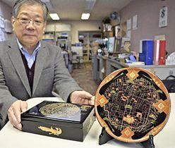 正確な地図をあしらった会津塗の皿(右)と小物入れ