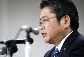 記者会見で質問に答える社民党の吉川幹事長=21日午後10時17分、東京・隼町