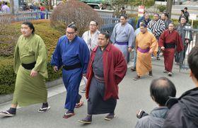 研修会に向かう力士たち=16日、東京都墨田区の両国国技館