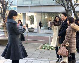 散歩中に通行人と写真に納まる安倍首相(右から2人目)。左端は昭恵夫人=3日午後、東京・六本木