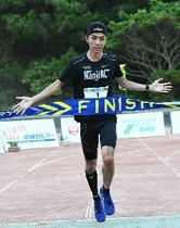 フルマラソン男子を制し、ゴールする濱崎達規=12日、伊平屋村の友愛と健康の広場(ジャン松元撮影)