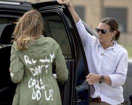 米テキサス州を訪問し、メリーランド州の空軍基地で車に乗り込むメラニア大統領夫人。上着の背中に「私は本当にどうでもいい。あなたは?」と書かれている=6月21日(AP=共同)