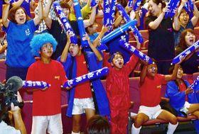 大迫勇也選手のW杯初ゴールに歓喜する万世サッカースポーツ少年団の子どもたち=南さつま市のいにしへホール