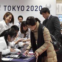 東京五輪・パラリンピックのボランティアのオリエンテーションに招かれた人(右)=9日午前、東京都千代田区