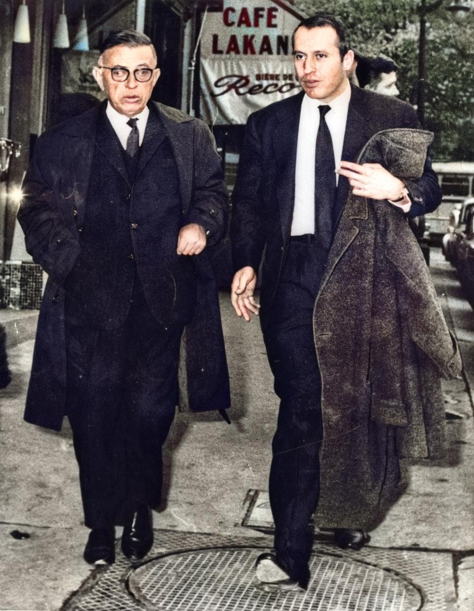 1964年10月、ノーベル文学賞の受賞辞退を表明したジャンポール・サルトル氏(左)=パリ(ゲッティ=共同)
